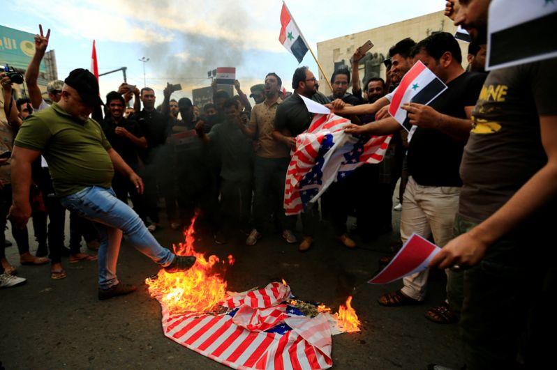 Протестующие против ударов по Сирии на площади Тахрир в Багдаде, Ирак.