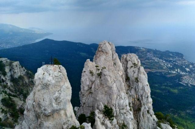 Ещё Маяковский предлагал в качестве наказания расписывающих скалы туристов заставить отчищать  Ай-Петри
