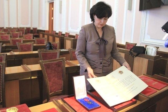 Сотрудники городского архива сами с интересом рассматривали награды.