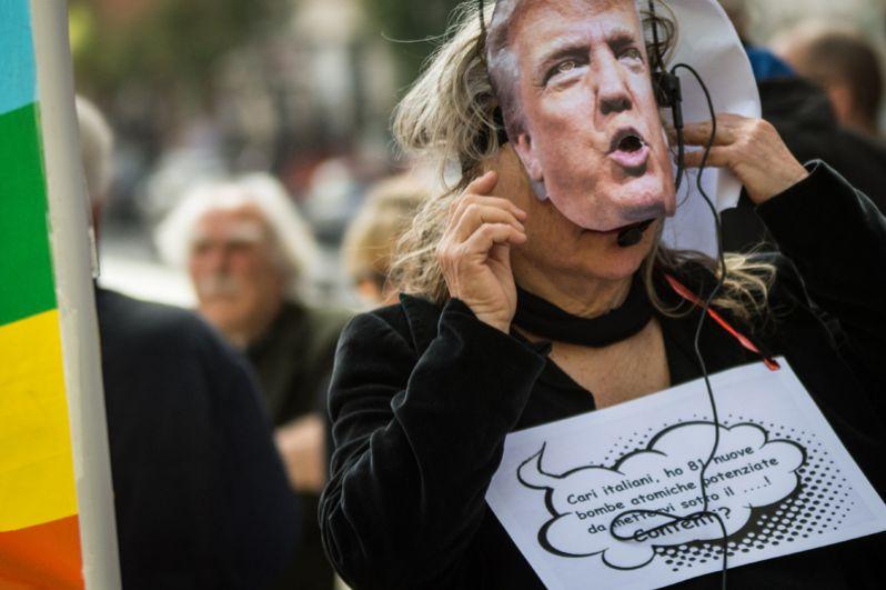 Участница демонстрации в Риме, Италия.