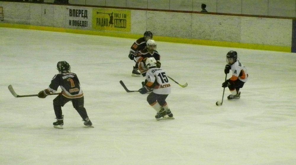 В атаке - юные хоккеисты из Казахстана.