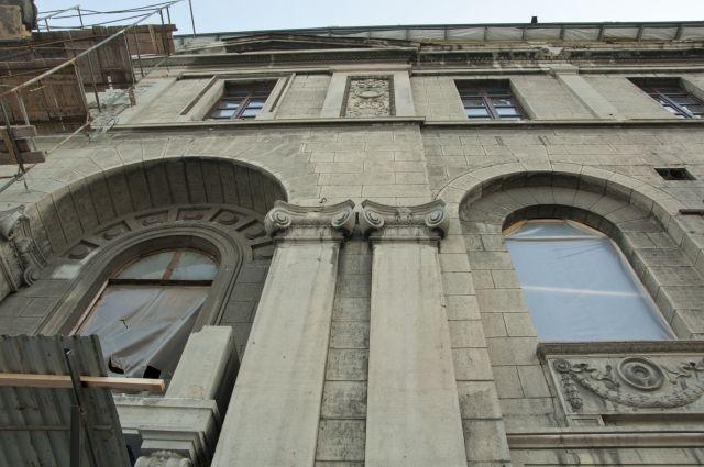Реконструкция здания пока откладывается.