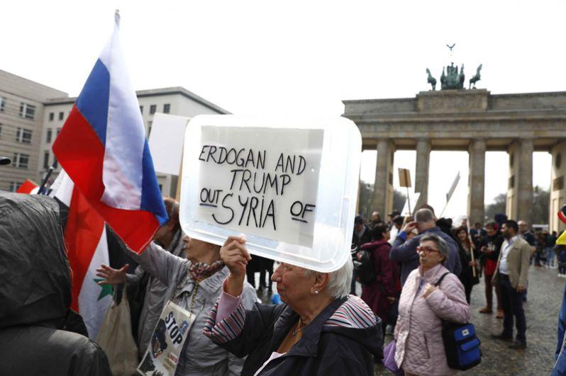 Митинг у Бранденбургских ворот в Берлине, Германия.