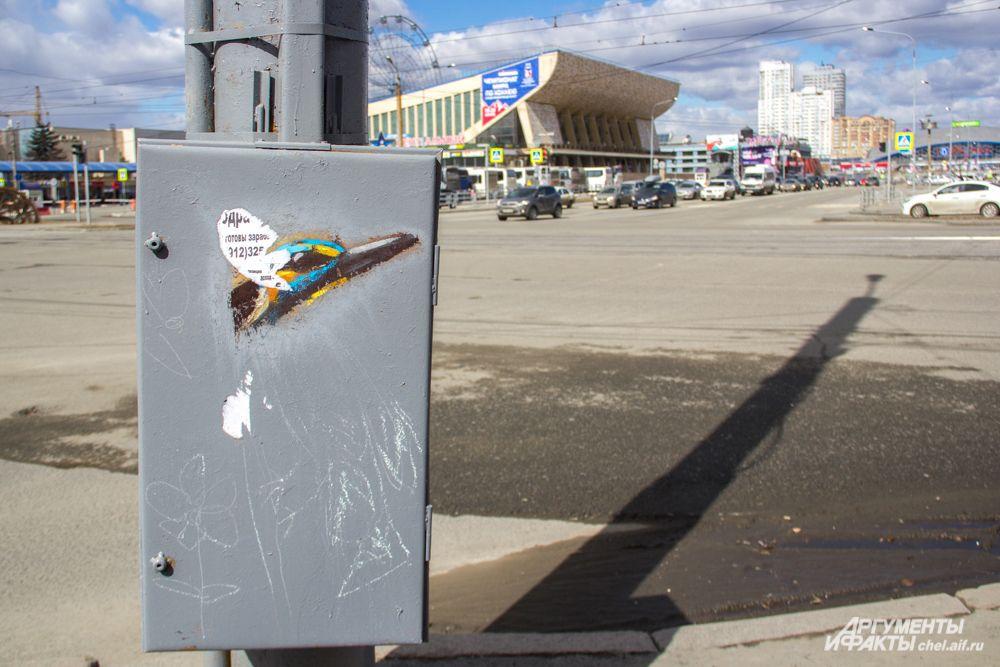 А так сейчас выглядит ящик, некогда украшенный изображением птички. Активисты оттёрли часть серой краски и предложили городской администрации восстановить испорченный объект.