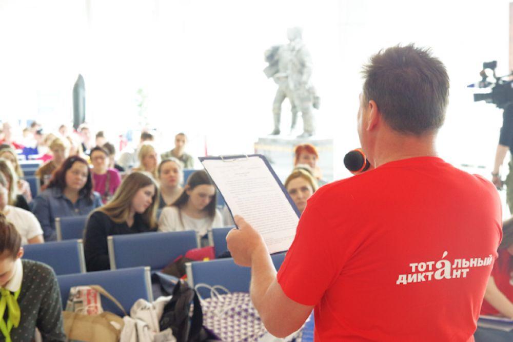 Это был Андрей Бочаров – известный юморист, КВН-щик, актёр и телеведущий, родом из Новосибирска.