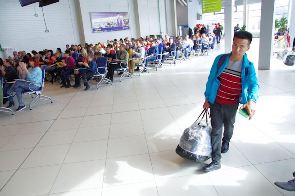 Прибывшие в Новосибирск пассажиры старались максимально бесшумно проходить через зал прилета, чтобы не мешать участникам акции.