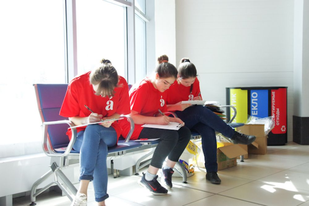 Не удержались от соблазна даже волонтеры в фирменных футболках и стюардессы.