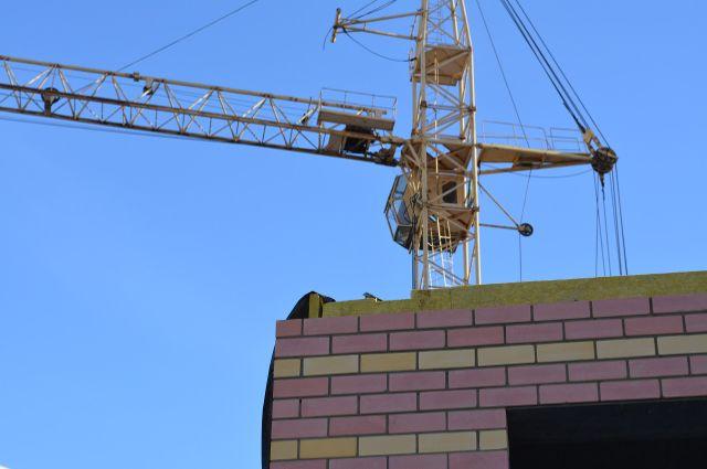 С наступлением тëплой погоды бригада строителей увеличится, рабочие приступят к возведению кровли и монтажу коммуникаций.