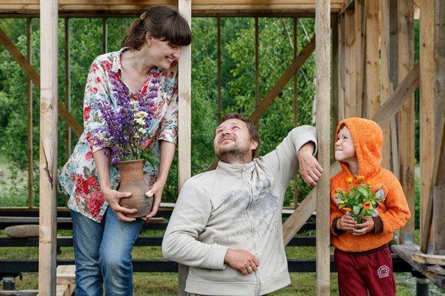 Любовь со своей семьёй счастлива, что променяла столицу на остров в Рыбинском море.