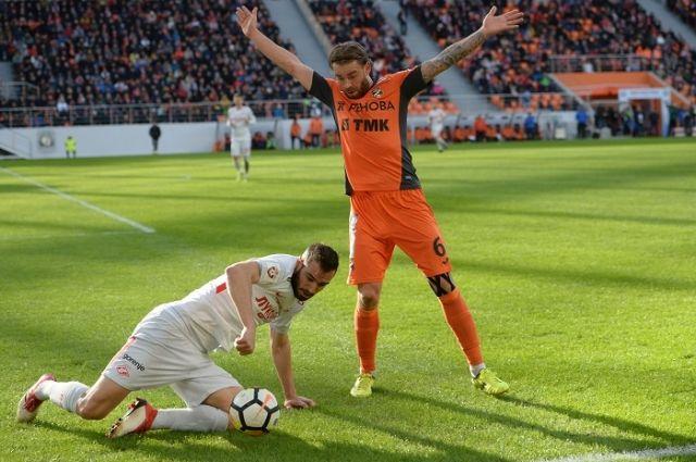 Игрок «Спартака» Марко Петкович (слева) и игрок «Урала» Эрик Бикфалви в матче ЧР по футболу.