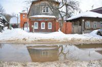 Талая вода подтопила улицу Созидателей в ЖК Комарово