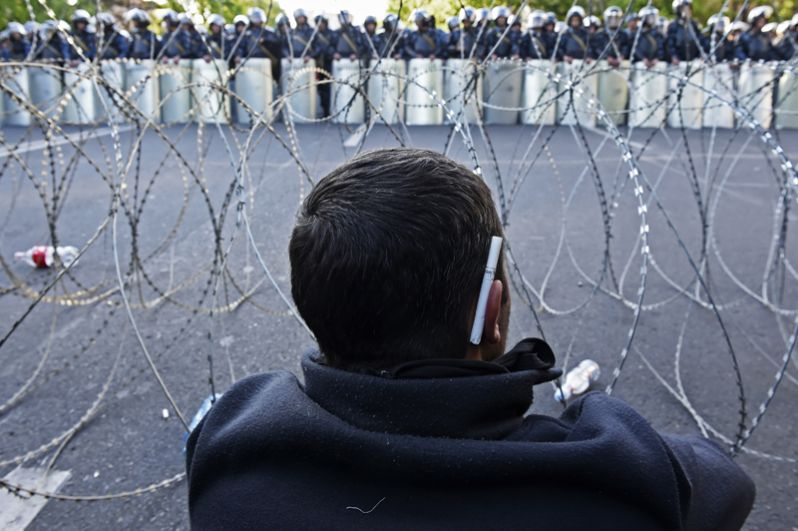 Мужчина на улице Еревана, где проходит акция протеста сторонников оппозиции.