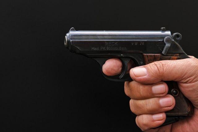 Мужчина вытащил пистолет и потребовал отдать ему драгоценности.