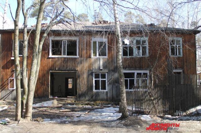 Со стороны дом не выглядит жилым.
