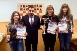 Екатерину Гольцеву (на фото крайняя слева) ждёт новое большое испытание - взрослый чемпионат России.