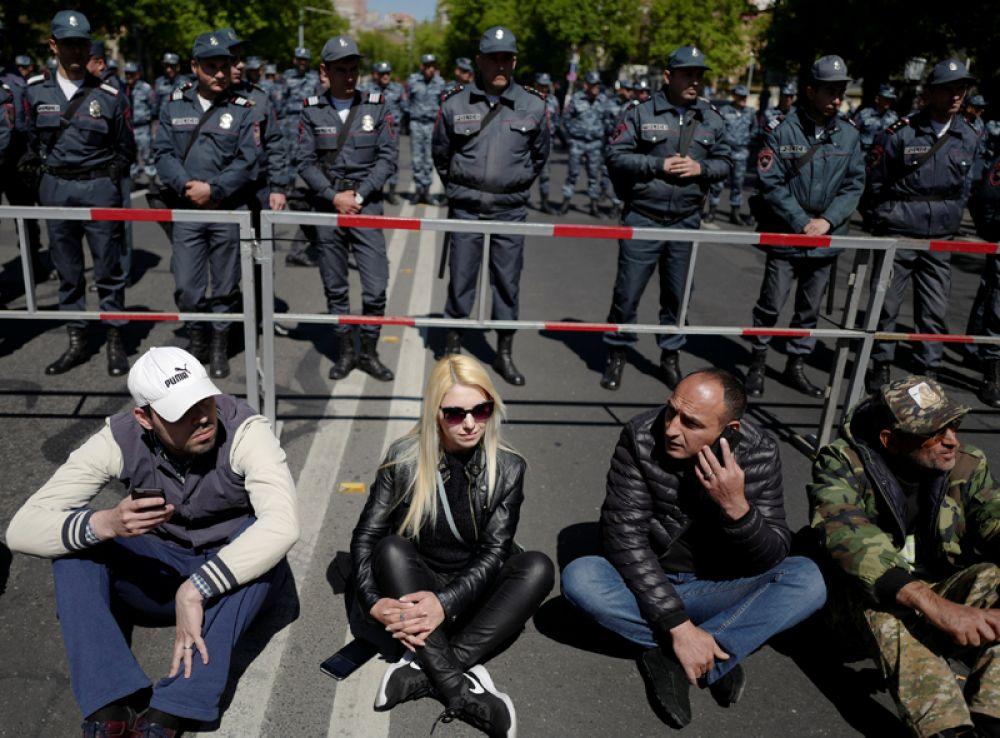 Участники акции протеста на одной из улиц Еревана.