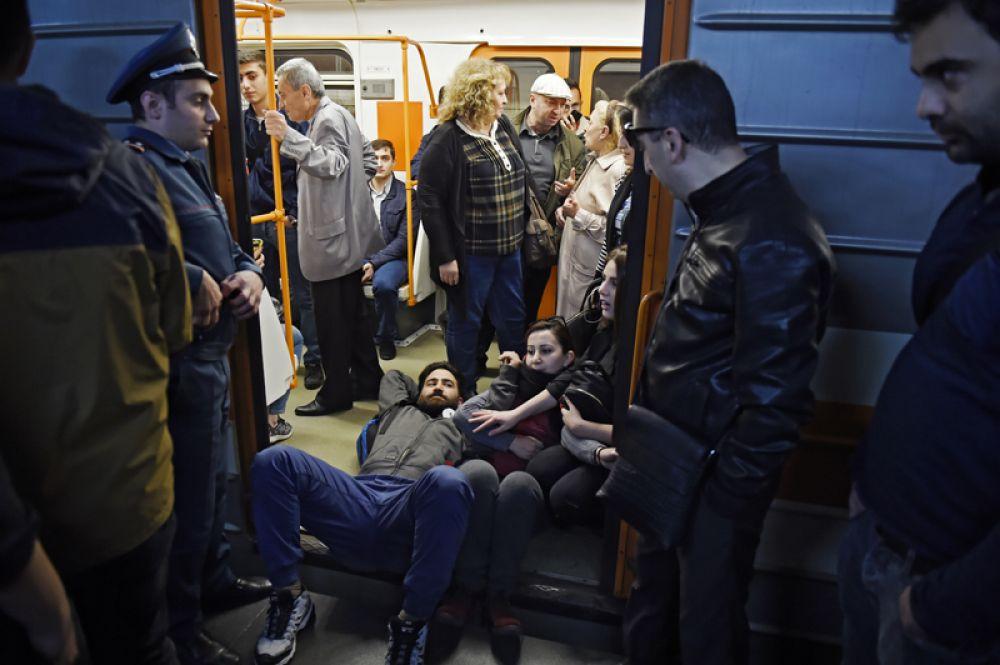 Участники акции гражданского неповиновения блокируют вагон электропоезда в Ереванском метрополитене.