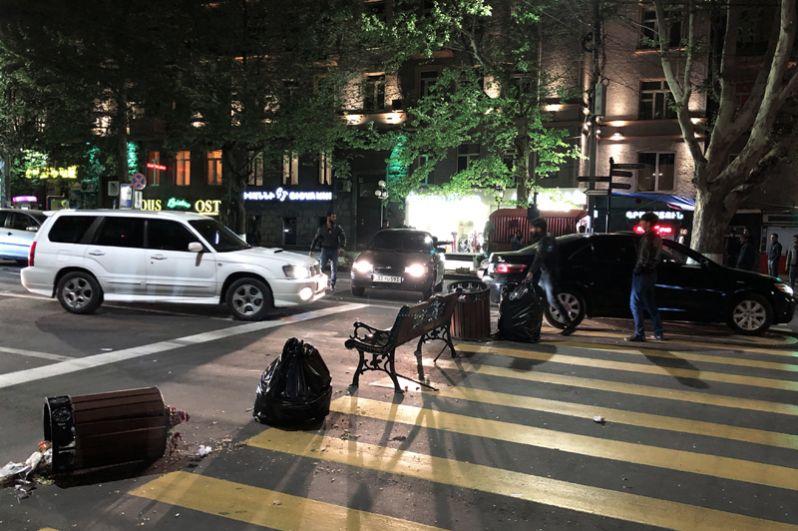 Участники акции протеста сторонников оппозиции перекрыли перекресток проспекта Маштоца и улицы Амирян в Ереване.