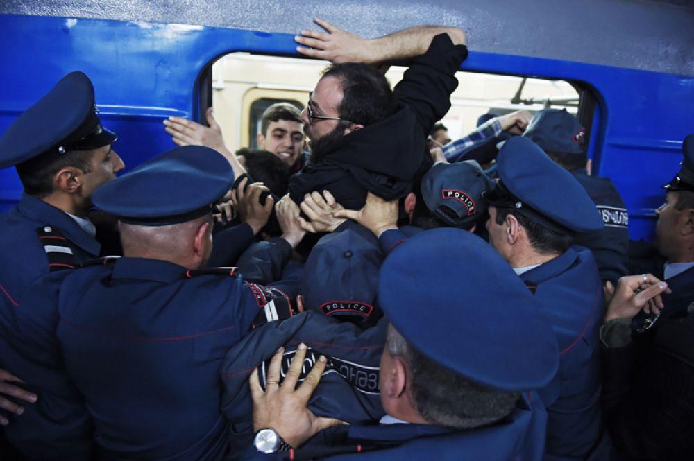 Сотрудники правоохранительных органов разблокируют вагон электропоезда Ереванского метрополитена, заблокированный участниками акции гражданского неповиновения.