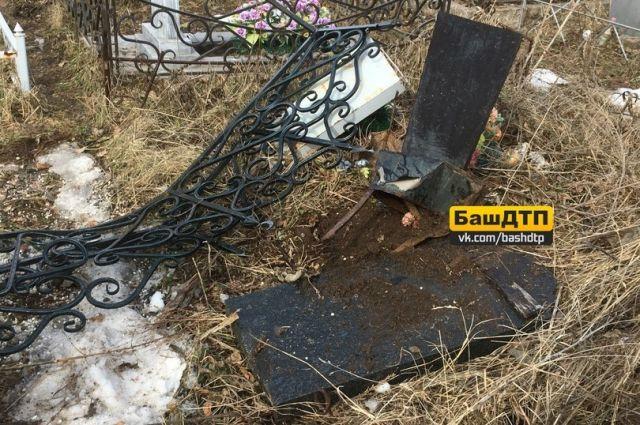 Накладбище вУфе вРодительский день нетрезвый  шофёр  снёс монументы