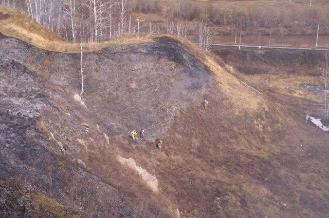 Спасатели и пожарные справились с возгоранием.