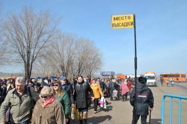 На Радоницу десятки тысяч оренбуржцев посетили кладбища.