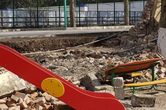 В Калининграде после обрушения забора закрыли детсад № 71.