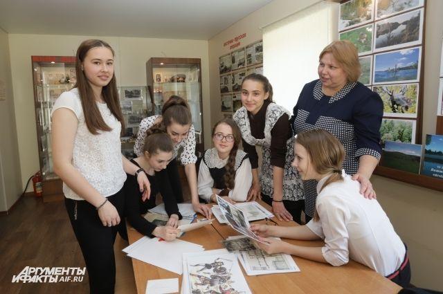 Социальный педагог Светлана Рогожина (на фото справа) со своими подопечными в школьном музее.