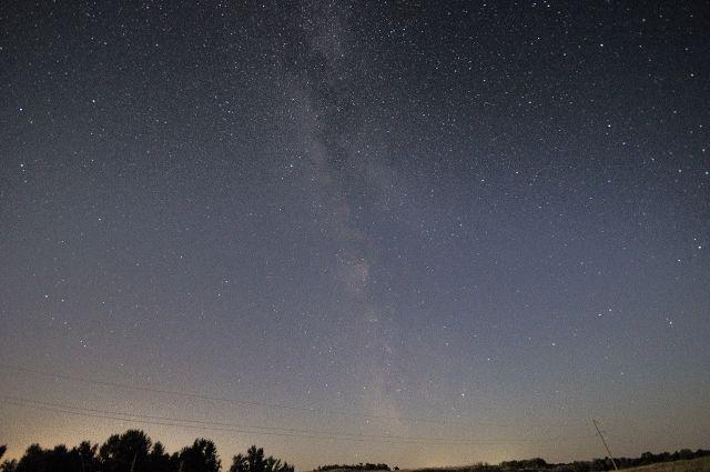 Специалисты говорят, что наблюдать красивые небесные явления лучше в ясную погоду вдали от городских огней.