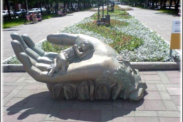 Центральной скульптурой сквера станет композиция в виде руки с ребёнком.