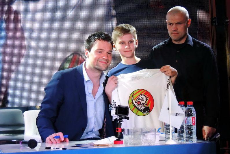 Мальчик принес с собой футболку любимой команды.