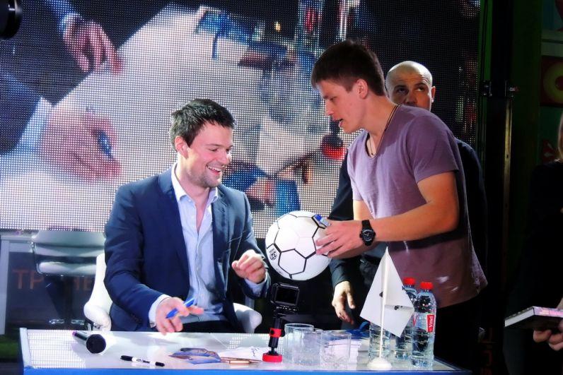 Этот парень попросил актера расписаться на футбольном мяче.