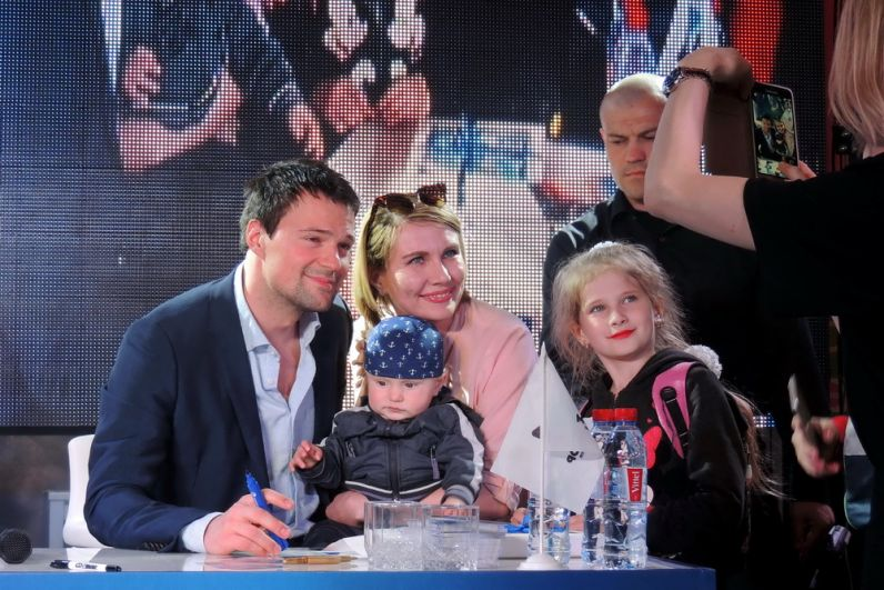 На автограф-сессию приходили целями семьями.