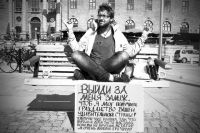 С таким плакатом, написанным по-русски, Петер однажды уселся на улице родного города.
