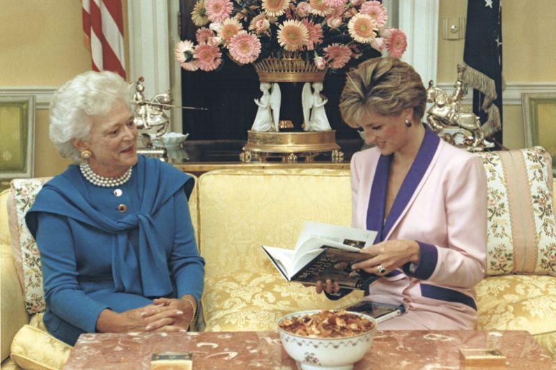 Барбара Буш дарит свою «Книгу Милли» принцессе Диане во время утреннего чаепития в Белом доме в Вашингтоне. 5 октября 1990 года.