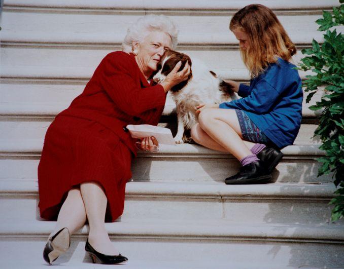 Первая леди США Барбара Буш со своей собакой Милли и внучкой Барбарой.