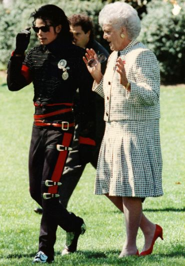 Майкл Джексон и бывшая первая леди США Барбара Буш в Розовом саду Белого дома в Вашингтоне. 1980-е.