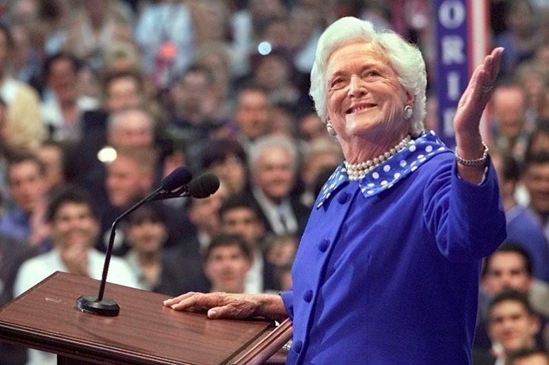 Бывшая первая леди США Барбара Буш выступает перед Республиканским национальным съездом в Филадельфии. 1 августа 2000 года.