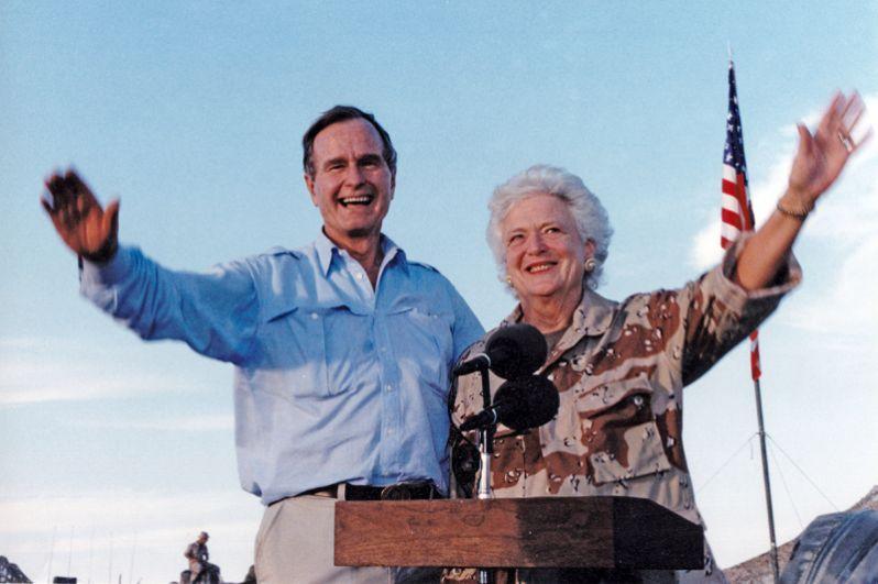Чета Бушей посетили военнослужащих США в День благодарения в Саудовской Аравии. 22 ноября 1990 года.