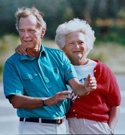 Первая леди США Барбара Буш и президент Джордж Буш-старший во время каникул в Кеннебанкпорте.