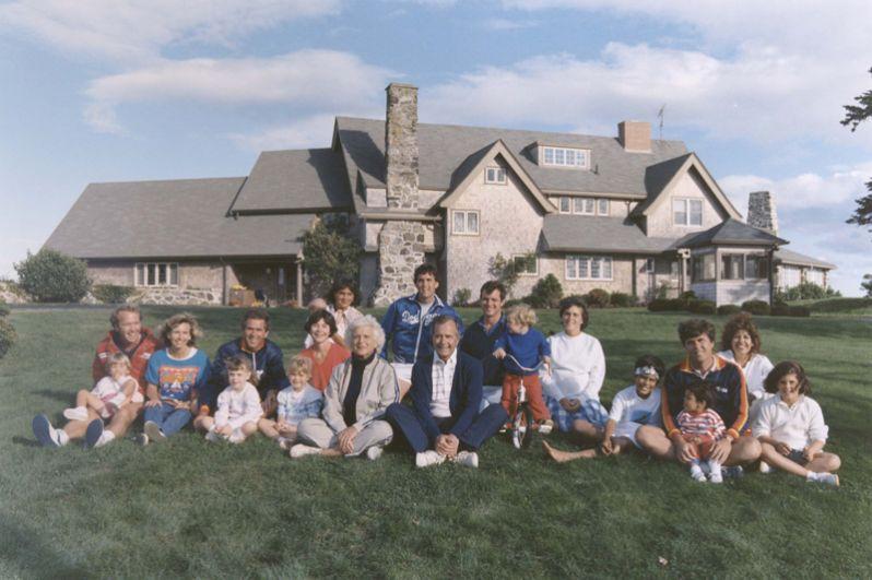 Семья Бушей перед их домом в Кеннебанкпорте, штат Мэн. 1986 год.