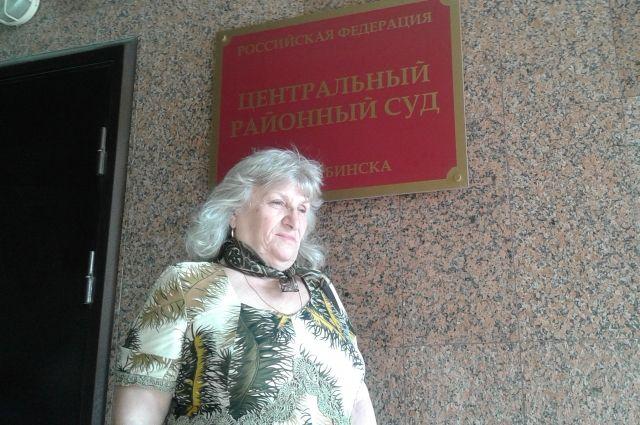 Зоя Туганова сначала сама была истцом, а теперь поддерживает в суде дочерей.