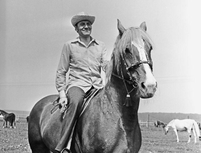 Ведущий телепередачи «В мире животных» Николай Дроздов на лошади. 1979 год.