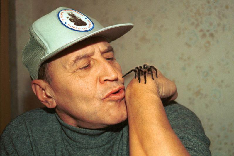 Николай Дроздов с пауком-птицеедом по кличке Телемах. 1997 год.