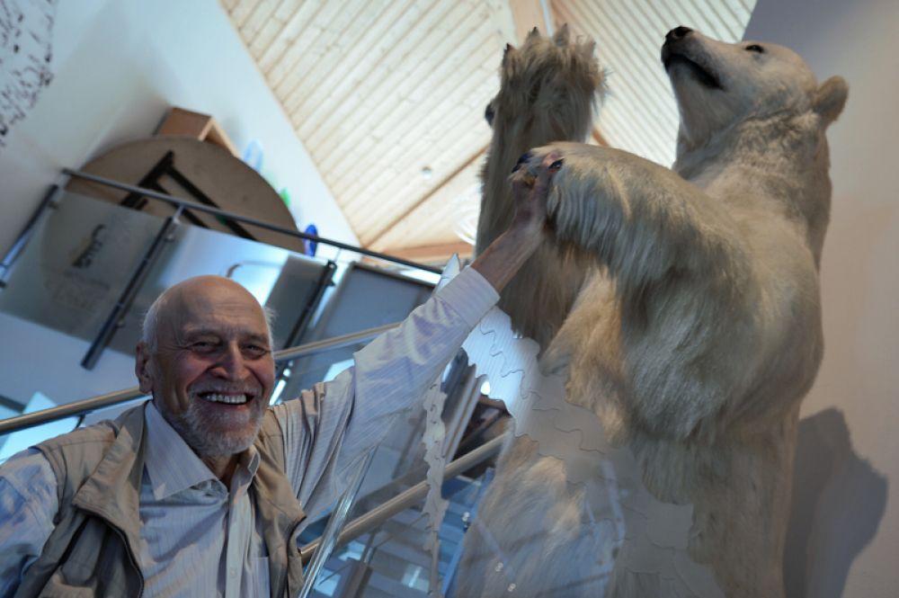 Телеведущий Николай Дроздов с чучелом белого медведя в поселке Лонгиербюен на Западном Шпицбергене. 2015 год.