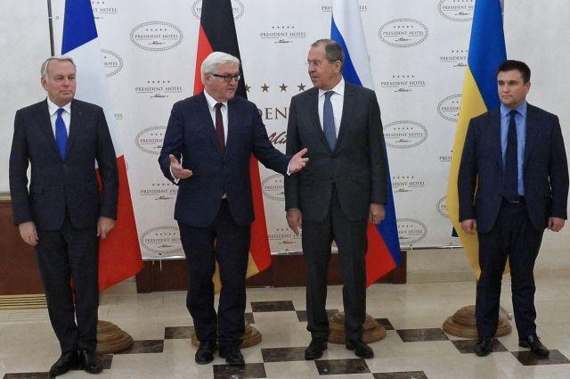 ВКремле сообщили опаузе впереговорах Суркова иВолкера поДонбассу