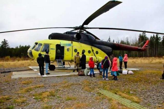 Почта в труднодоступные поселки доставляется вертолетом.