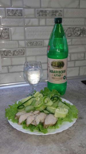 Павел Бахрушин. Запеченная в фольге куриная грудка с салатом из маринованного кабачка и огурца. Необходимо: 1 куриная грудка, 1 зеленый кабачок, 1 огурец, сок 1/2 лимона, салатная зелень, соль, специи по вкусу. Диетическое питание - правильное питание. Чтобы снизить вес, количество потребляемых калорий должно быть меньше количества расходуемых.
