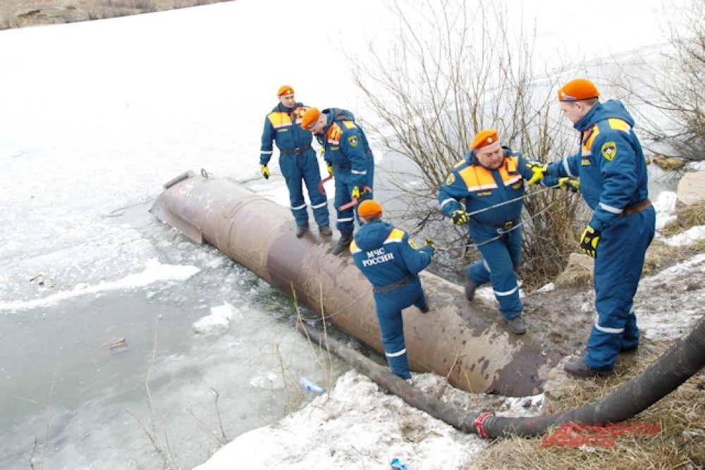 Сотрудники МЧС также отсыпали защитные насыпи и возводили дамбы
