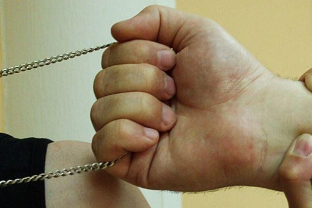 В Междуреченске два родных брата ограбили прохожего.